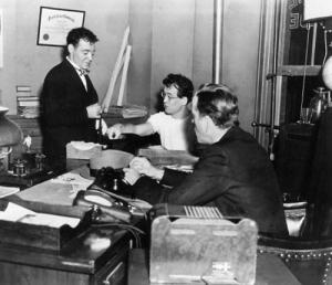John Huston en playera blanca